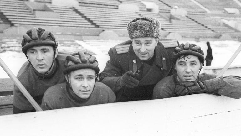 1955 год. Анатолий ТАРАСОВ и его подшефные. Фото Олег НЕЕЛОВ