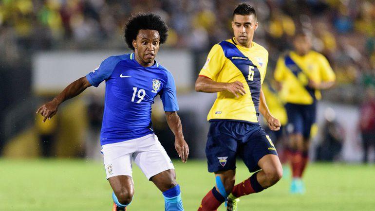 Суббота. Пасадена. Бразилия – Эквадор – 0:0. ВИЛЛИАН (№19) убегает от Кристиана НОБОА. Фото USA Today Sports