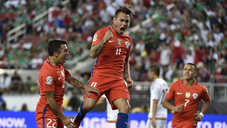 Суббота. Санта-Клара. Мексика - Чили - 0:7. Эдуардо ВАРГАС (№11) празднует забитый гол. Фото AFP