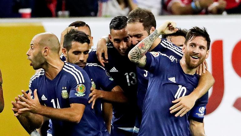 21 июня. США - Аргентина - 0:4. Лионель МЕССИ (№10) празднует свой рекордный гол с партнерами. Фото USA Today