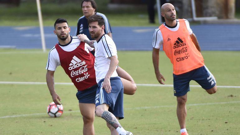 Лионель МЕССИ (в центре), Серхио АГУЭРО (слева) и Хавьер МАСКЕРАНО (справа) на тренировке сборной Аргентины. Фото AFP
