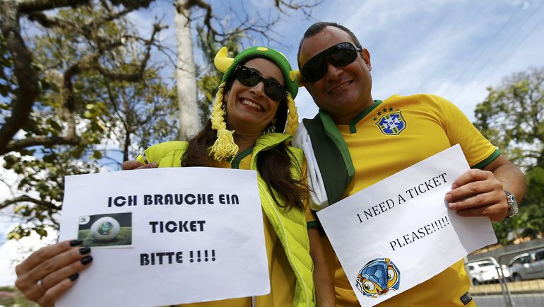 8 июля 2014. Бразильские болельщики ищут билеты на полуфинал чемпионата мира-2014 между Германией и Бразилей. Фото REUTERS