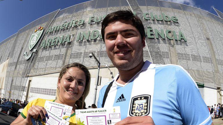 Болельщики с билетами на чемпионате мира-2014. Фото AFP