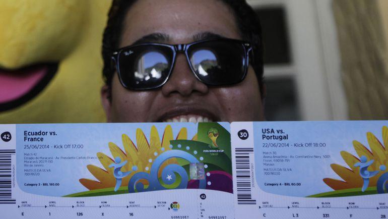 Болельщик с билетами на матчи чемпионата мира-2014. Фото REUTERS