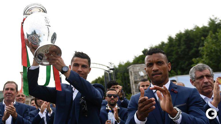 Понедельник. Сборная Португалии покидает тренировочную базу с чемпионским кубком.