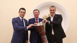 Димитрис ИТУДИС, Сергей ИВАНОВ и Андрей ВАТУТИН (слева направо) с кубком Евролиги в Кремле.