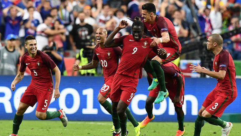 10 июля. Сен-Дени. Португалия - Франция- 1:0. 109-я минута. Партнеры поздравляют ЭДЕРА (№ 9), который только что забил победный гол. Фото AFP