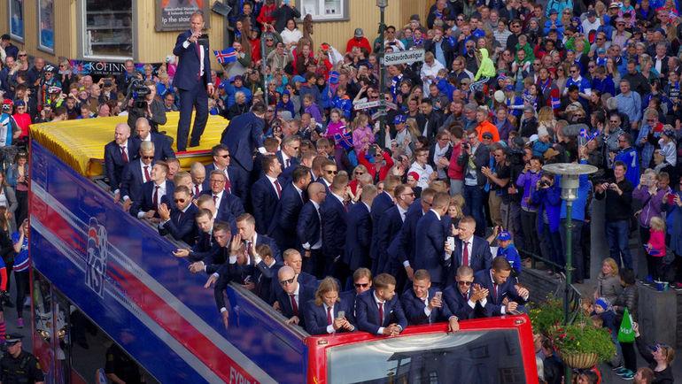 4 июля. Рейкьявик. Болельщики приветствуют сборную Исландии, вернувшуюся с Euro-2016. Фото REUTERS