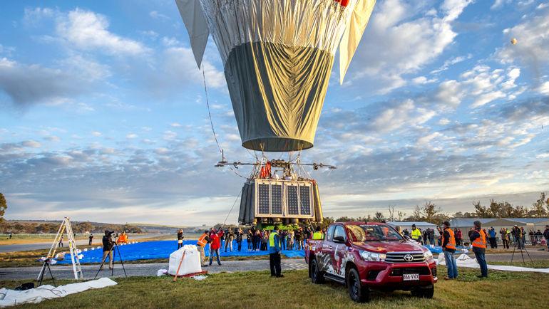 Во время старта Конюхова Toyota Hilux страховал шар от преждевременного взлета, удерживая его на земле тросом.