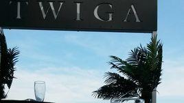 Бокал шампанского на фоне надписи Twiga.