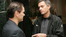 Ноябрь 2004 года. Москва. Дмитрий АЛЕНИЧЕВ (слева) и Жозе МОУРИНЬЮ.