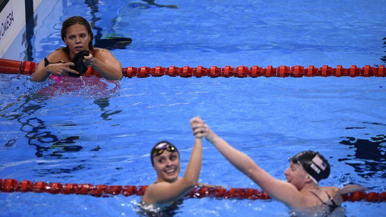 Юлия ЕФИМОВА (слева) и празднующие золото и бронзу Лилли КИНГ (справа) и Кэти МЕЙЛИ. Фото AFP