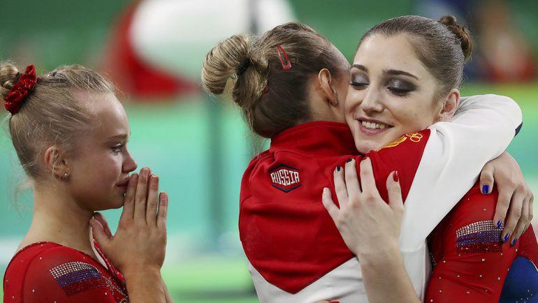 Вторник. Рио-де-Жанейро. Алия МУСТАФИНА (справа) поздравляет подруг по команде. Фото REUTERS