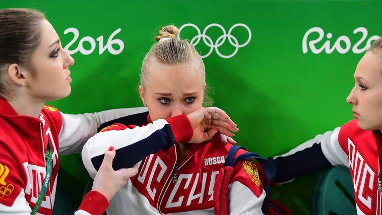 Ангелина МЕЛЬНИКОВА (в центре) допустила единственную серьезную ошибку в финале, упав на бревне. Фото AFP