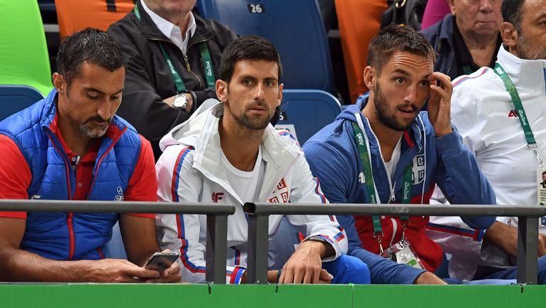 Новак ДЖОКОВИЧ (в центре) задержался в Рио, чтобы поддержать соотечественников - в том числе баскетболистов. Фото AFP