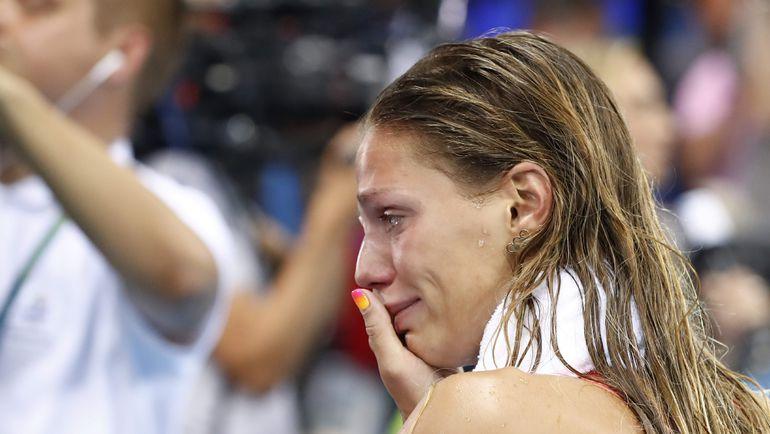 Юлия ЕФИМОВА под прессингом трибун выиграла серебро на 100-метровке брассом. Фото AFP