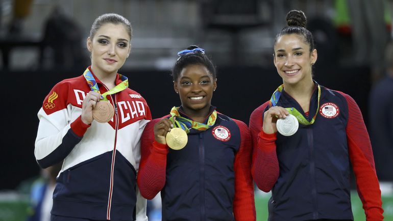 Алия МУСТАФИА, чемпионка Рио Симона БАЙЛЗ из США и ее соотечественница Александра РАЙЗМАН, взявшая серебро. Фото REUTERS
