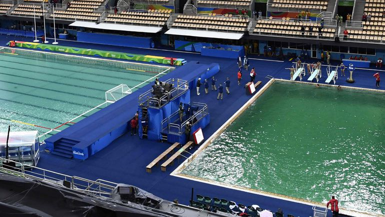 Вид на два бассейна олимпийского стадиона в Рио. Фото AFP