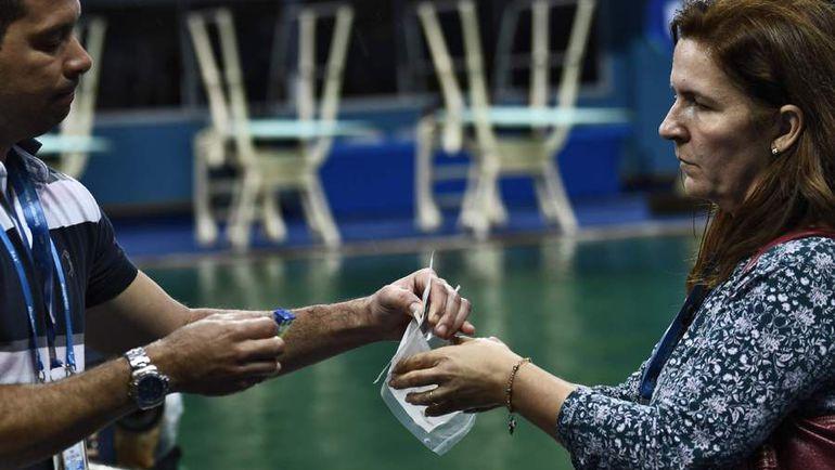 Специалисты берут пробы из бассейна. Фото AFP