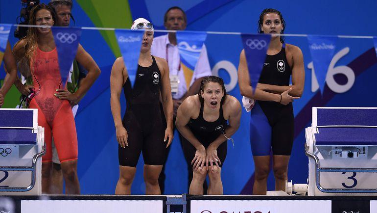 Юлия ЕФИМОВА (слева) и команда Канады. Фото REUTERS