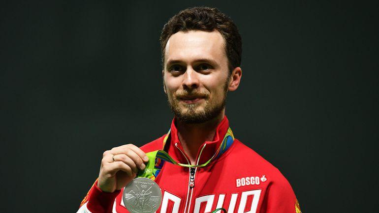 Сергей КАМЕНСКИЙ позирует с серебряной медалью. До золота не хватило совсем чуть-чуть. Фото AFP