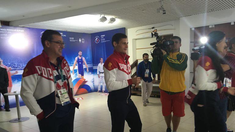"""Вчера. Рио-де-Жанейро. Ильгар МАМЕДОВ и Тимур САФИН за минуты до знаковой стрижки. Фото Дмитрий СИМОНОВ, """"СЭ"""""""