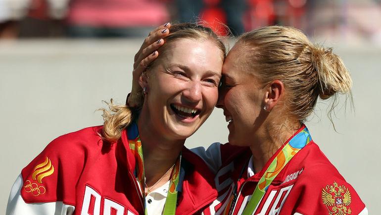 Воскресенье. Рио-де-Жанейро. Олимпийские чемпионки Екатерина МАКАРОВА (слева) и Елена ВЕСНИНА. Фото REUTERS