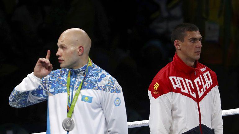 Казахстанец Василий ЛЕВИТ (слева), уступивший в финале Евгению ТИЩЕНКО, призывает своих болельщиков, недовольных решением судей, к спокойствию. Фото REUTERS