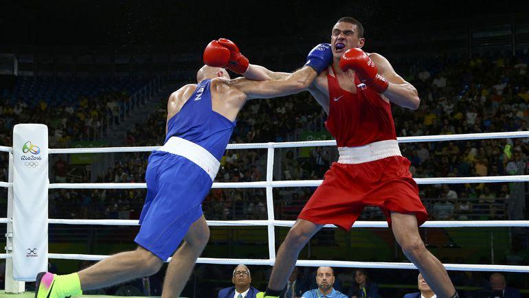 Василий ЛЕВИТ (слева) и Евгений ТИЩЕНКО во время поединка. Фото REUTERS