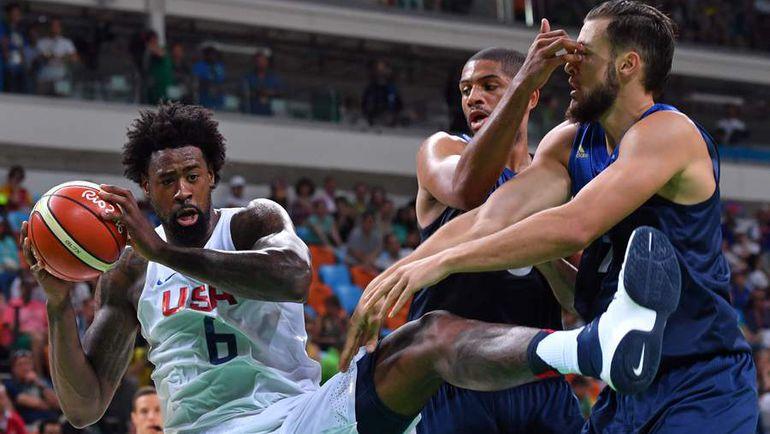 Центровой сборной США Деандре ДЖОРДАН (в белом). Фото AFP