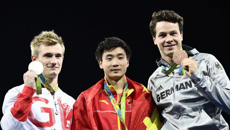 Победу праздновал китаец Цао ЮАНЬ (в центре). Серебро и бронзу получили британец Джек ЛОУ (слева) и немец ПАТРИК ХАУСДИНК. Фото REUTERS
