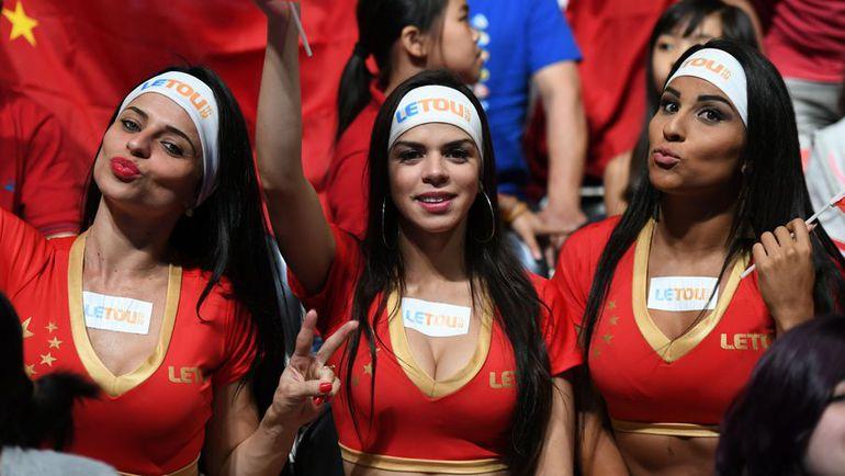 Вторник. Рио-де-Жанейеро. Болельщицы на трибунах.