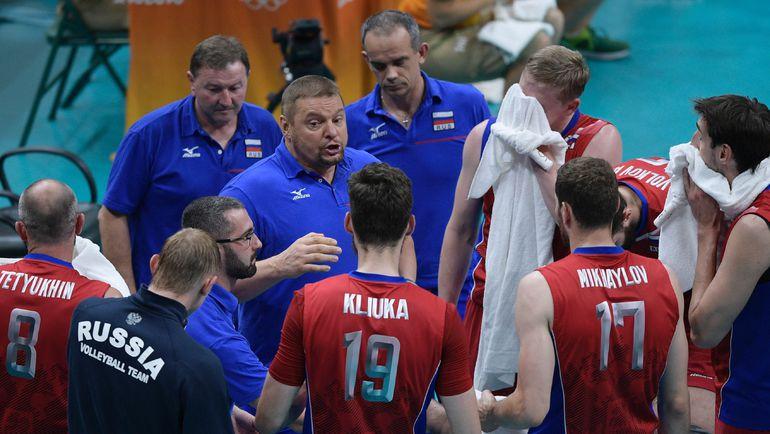 Владимир АЛЕКНО в окружении своих волейболистов. Фото REUTERS