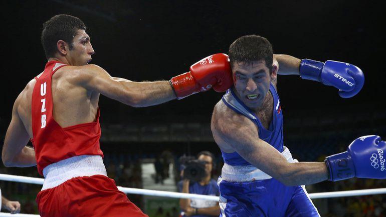 Миша АЛОЯН (справа) против Шахобидина ЗОИРОВА. Фото AFP
