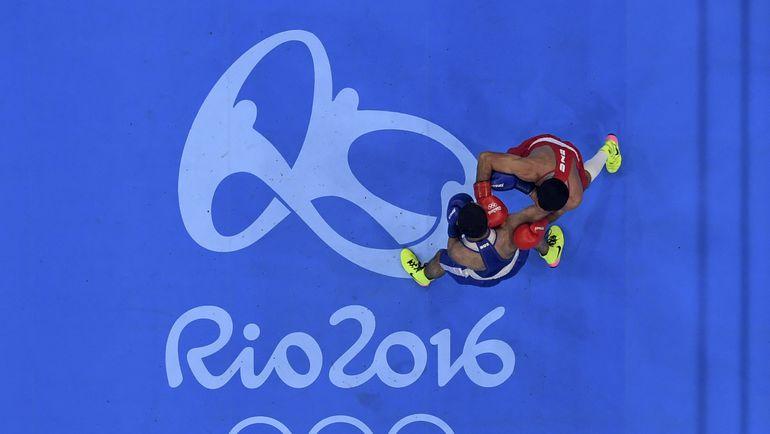 Миша АЛОЯН (в синем) против Шахобидина ЗОИРОВА. Фото AFP