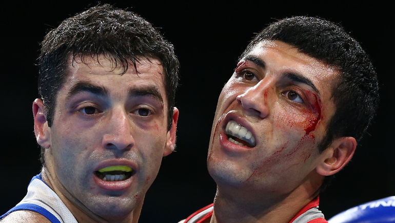 Миша АЛОЯН (слева) против Шахобидина ЗОИРОВА. Фото REUTERS