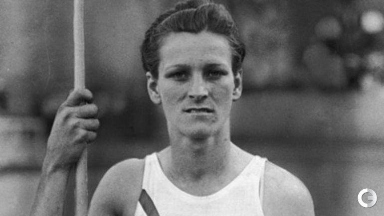 Бэйб ДИДРИКСОН ЗАХАРИАС. На Олимпиаде-1932 в Лос-Анджелесе завоевала золото в беге на 80 м с барьерами и в метании копья с мировым рекордом и серебро в прыжках в высоту. Знаменитый игрок в гольф преуспела не только в своем профильном виде и легкой атлетике, но и в баскетболе.