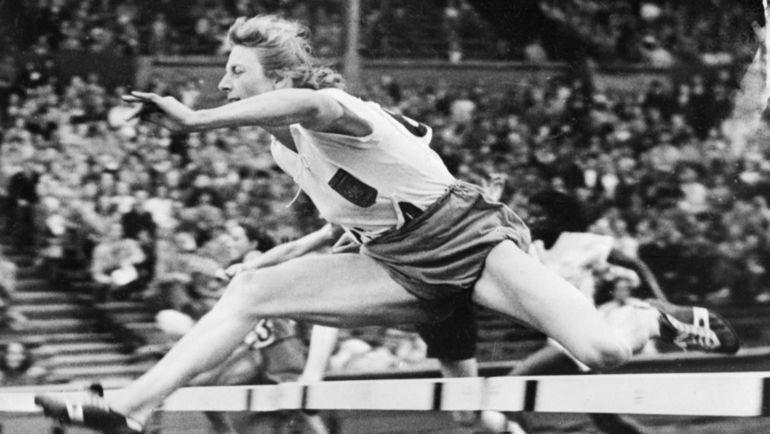 Фанни БЛАНКЕРС-КУН. Голландка завоевала четыре золотые медали на одной Олимпиаде (уникальное легкоатлетическое достижение) в Лондоне в 1948 году (100 и 200 м, 80 м с барьерами и эстафета 4х100 м) в возрасте 30 лет после рождения двух детей. Устанавливала мировые рекорды в гладком и барьерном беге, прыжках в высоту и длину, в пятиборье. Лучшая легкоатлетка мира XX века по версии ИААФ. Фото AFP