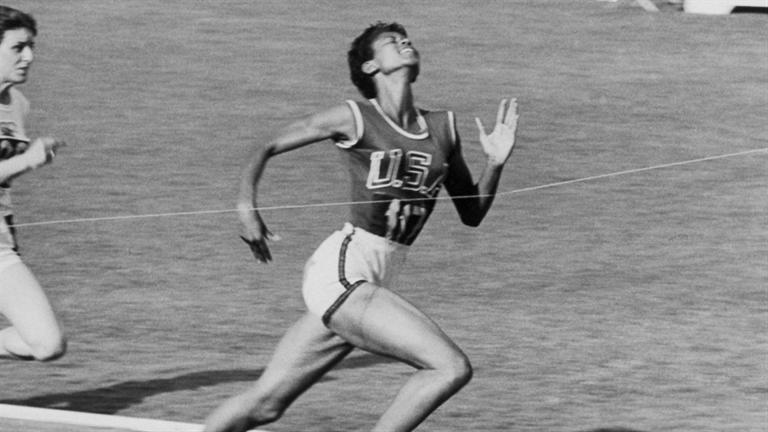 Вильма РУДОЛЬФ. На Олимпиаде-1960 в Риме стала первой американкой, взявшей три золота в легкой атлетике на одних Играх. Победила на 100 и 200 м, а также в эстафете 4х100 м.