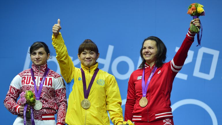 Олимпийская чемпионка Лондона Майя МАНЕЗА (в центре) и серебряный призер Светлана ЦАРУКАЕВА (слева) в результате реанализа будут лишены своих наград. Фото AFP