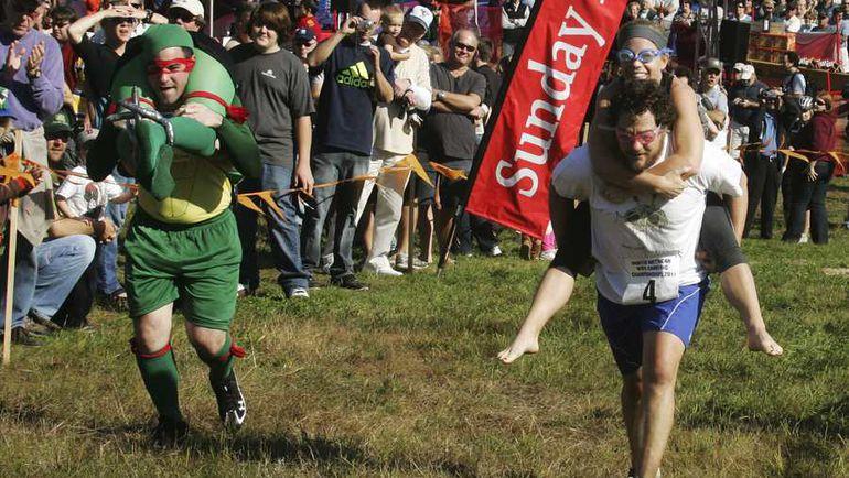Чемпионат по бегу с женами на плечах. Фото REUTERS