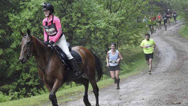 "Забег ""Человек против лошади"". Фото AFP"