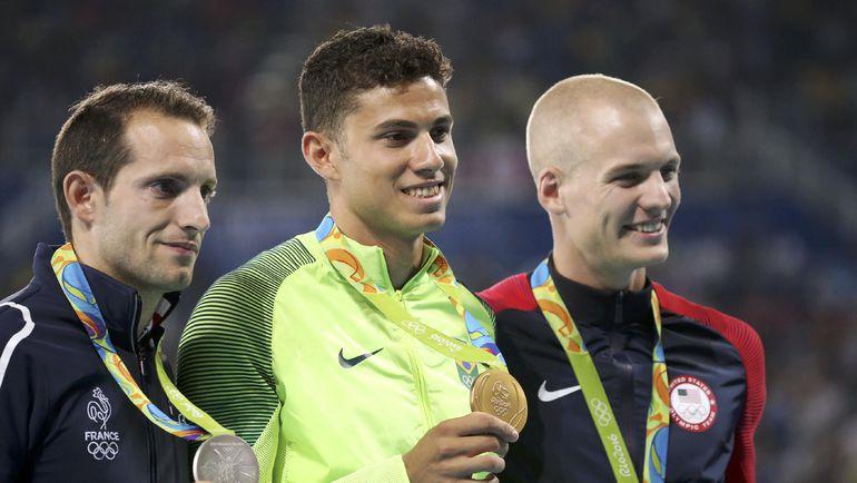 Тиагу БРАЗ ДА СИЛВА (в центре), Рено ЛАВИЛЕИНИ (слева) и Сэм КЕНДРИКС с олимпийскими медалями. Фото REUTERS