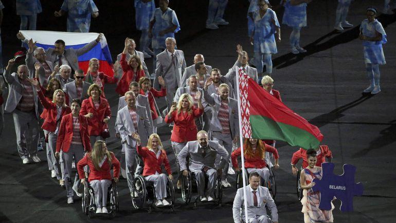 Среда. Рио-де-Жанейро. Церемония открытия Паралимпийских игр. Белорусская делегация и один из ее членов с российским триколором. Фото REUTERS