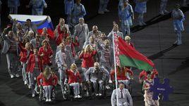 Среда. Рио-де-Жанейро. Церемония открытия Паралимпийских игр. Белорусская делегация и один из ее членов с российским триколором.