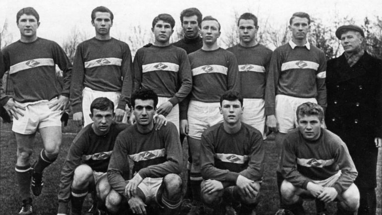 Леонард АДАМОВ (сидит крайний справа). Фото Фото из архива Анатолия КОРШУНОВА.