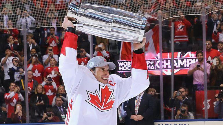 Четверг. Торонто. Европа - Канада - 1:2. Капитан сборной Канады Сидни КРОСБИ с Кубком мира. Фото AFP