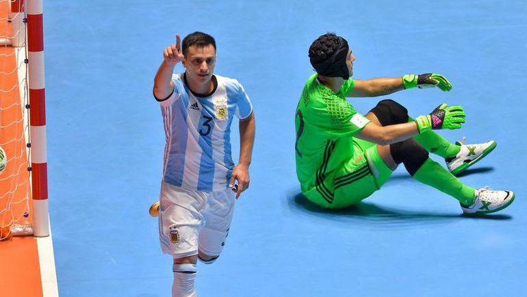 Сегодня. Кали. Россия - Аргентина - 4:5. Аламиро ВАПОРАКИ празднует гол в ворота российской команды. Фото AFP