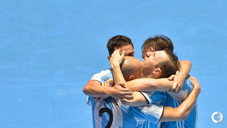 Суббота. Кали. Россия - Аргентина - 4:5. Игроки сборной Аргентины празднуют гол. Фото AFP