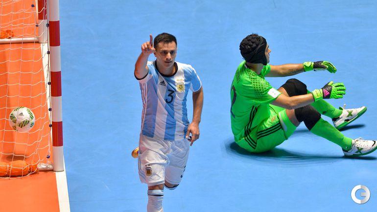Суббота. Кали. Россия - Аргентина - 4:5. Аламиро ВАПОРАКИ празднует гол в ворота российской команды. Фото AFP